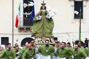 """A Sulmona la tradizionale processione della """"Madonna che scappa"""""""